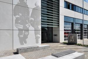 <br />Mitte:<br />Horizontale Fassadengliederung bis in die Leibung des Eingangsbereichs (Feuerwache Langenfeld)<br />
