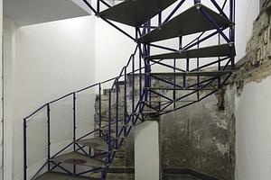Treppenkunst ins UG (Toiletten): hier sind die Ursprungsfundamente wie in einer archäologischen Bestandsaufnahme offengelegt