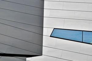 Nach der Vorstellung der Architekten sollte das Fassadenbild des Paläon wie gegeneinander verschobene Erdschichten erscheinen, die in unterschiedlichen Schrägen verlaufen<br />