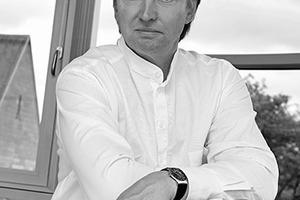 """<div class=""""autor_linie""""></div><div class=""""dachzeile"""">Autor</div><div class=""""autor_linie""""></div><div class=""""fliesstext_vita""""><span class=""""ueberschrift_hervorgehoben"""">Prof. Marian Dutczak </span>lehrt Städtebau und Entwerfen an der Hochschule in Köln und ist Gesellschafter des Planungsbüros Bergstermann + Dutczak Architekten und Ingenieure GmbH in Dortmund. Das Büro hat sich im u.a. mit Bauten für das Gesundheits-wesen einen Namen gemacht und realisiert einen Teil seiner Projekte in Modulbauweise. Herr Dutczak war BDA-Vorstand in Dortmund (1997-2002) und 2004 Mitglied der China Group des Arbeitskreises Architekten für Krankenhausbau und Gesundheitswesen im BDA e.V.</div>"""