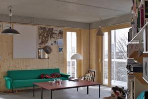 Ein Haus mit einem fast niederländisch anmutenden Ausbau: Wohneinheiten mit innenliegenden oder eingestellten Nasszellenbereichen, Decken, teilweise auch Wände mit unverkleideten Betonoberflächen sowie ein Estrichboden, der um 1,5cm tiefer gelegt wurde um jedem Bewohner die Möglichkeit zu geben einen weiteren Bodenaufbau zu planen