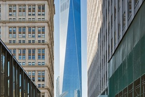Blick aus der Fulton Street auf das 1WTC; von links ragt das Dach des WTC Transportation Hub (Arch.: Calatrava) in den Straßenraum