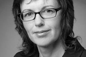 """<div class=""""autor_linie""""></div><div class=""""dachzeile"""">Autorin</div><div class=""""autor_linie""""></div><div class=""""fliesstext_vita""""><span class=""""ueberschrift_hervorgehoben"""">Helga Hofmann, Dipl. Ing. (FH)</span> hat Architektur an der FH Nürnberg studiert. Nach mehrjähriger Tätigkeit als Architektin folgte die Ausbildung zur Redakteurin bei einer Architekturfachzeitschrift. Nach mehreren Berufsjahrenals Redakteurin ist sie heute als freie Autorin im Fachgebiet Bautechnik und Architektur tätig.</div>"""