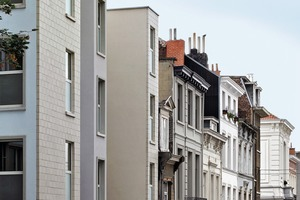 Das gut 25m lange und 12m tiefe Gebäude De Lork bildet den Abschluss einer langen Reihe von schmalen, hohen und in Beige- und Pastellfarben gestrichene Herrenhäusern