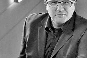 """<div class=""""fliesstext_vita""""><strong>Thomas Schmidt</strong><br /><br />1964 geboren in Dortmund </div><div class=""""fliesstext_vita"""">1984-1988 Architekturstudium FH Dortmund<br />1992-1996 Architekturstudium TU Dortmund<br />1992-1996 Mitarbeit Prof. Gerold Wech<br />1996-2013 Bereichsleitung Architektur bei SSP AG<br />seit 1996 bei SSP als Projektleiter und Architekt<br />seit 2013 Vorstand SSP AG seit 1996 Lehrauftrag Baukonstruktion FH Dortmund<br />seit 1996 AKNW<br />seit 2009 VBI</div>"""