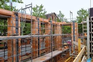 Schmale, vertikale Öffnungen sind alle 1,36m angeordnet. Sie lassen später im Grundriss flexible Raumlösungen zu