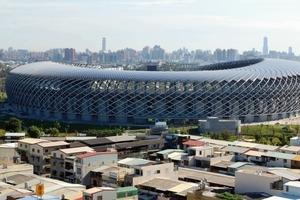 Das Solardach hat eine Oberfläche von14155 m² und ist ausgestattet mit über 8840 Photovoltaikpaneelen. Die Energiefassade besteht aus drei Schichten: Stahlträger, oszillierende Rohre und PV-Module<br />