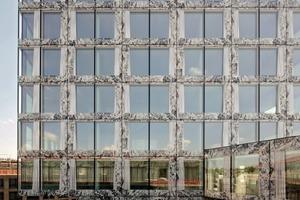 """Bei der Gestaltung der Fassade strebten die Architekten maximale """"Glattheit"""" an. Sie wollten eine Zerteilung der Fläche durch Winkel, horizontale Bänder oder vertikale Lisenen um jeden Preis vermeiden"""