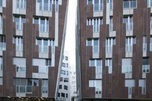 Ostfassade mit einem der vier Einschnitte/Innenhofzuwege<br />