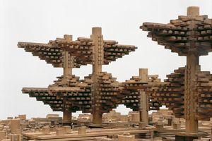 Cluster in the Air, 1962, nicht realisiert, Modell vor 1982 Architekt: Arata Isozaki, Tokyo Ein utopischer Vorschlag zur Überbauung von Stadtzentren im Großraum Tokyo mit baumartigen Kapseltürmen. An traditionelle japanisch-chinesische Pagoden erinnert die Struktur der Türme, die auch wie riesige Bäume wirken und zugleich die besondere Technik der über Jahrhunderte erprobten Holzverbindungen zitieren. Erworben im Jahr 1986 für 10.000 DM.