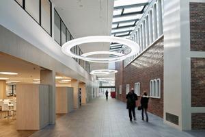 Zugang zur SporthalleDie Architekten bedienen die hohen Raumanforderungen, rutschen aber nie ins Krankenhaussterile ab