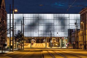 """Bei Dämmerung bzw. Dunkelheit startet die LED-Installation hinter den Kissen mit """"Swarm Study/IX"""" von Random International. Bewegungen im und am Bahnhof werden in wandernde Hell-/Dunkelbewegungen übersetzt"""