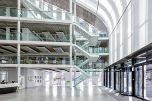 Die schrägen Dachglasflächen bringen das Tageslicht bis tief in das Gebäude. Der innenliegende Sonnenschutz wird über Sensoren automatisch gesteuert