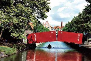 """Luc Deleu / t.o.p. office """"hoorn bridge"""", 1990, eine temporäre Brücke aus zwei Frachtcontainern, in Hoorn, Niederlande, © Luc Deleu, VG Bild-Kunst, Bonn 2011"""