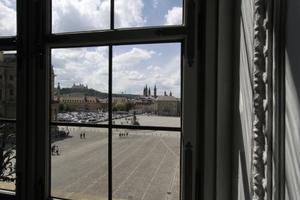 Blick aus den Veranstaltungssälen auf den Cour d'honneur der Residenz bis hin zur Marienfeste auf dem anderen Main-Ufer