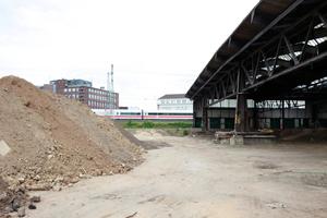 Bauarbeiten vis-á-vis entlang der Hauptstecke der Bundesbahn. Was auf diesem Hektar-großen Gelände hinkommen wird, ist noch nicht klar