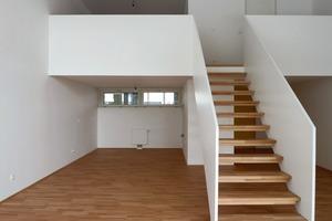 Fast alle Wohnungen sind zweigeschossig und haben Galerien. Die hohen Räume bringen viel Tageslicht ins Innere<br />