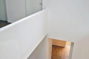 Dazu trägt der Luftraum im Zentrum des Hauses bei mit offener Arbeitsgalerie mit Sichtbeziehungen durch Innenfenster