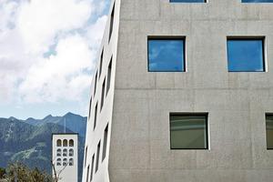 Die Fassade der Landesberufsschule erscheint wie aus einem Guss geformt zu sein, erforderte aber in der Bauzeit einen erheblichen Planungsaufwand bezüglich der möglichen Spannungen durch Temperatureinwirkung, der Rezeptur und nicht zuletzt der Betonierarbeiten