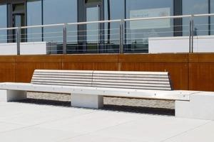 Überbreite Sitzbänke auf der Promenade. Sie sind 8 m lang