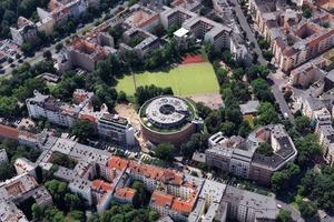 Das Projekt liegt in Berlin-Kreuzberg. Das Herzstück des 8000 m² großen Grundstücks bildet ein Gasspeicher, der unter Denkmalschutz steht. 1876 wurde er einem Entwurf für eine Rundkirche von Karl Friedrich Schinkel nachempfunden