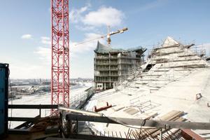 Auf dem gerade geschlossenen Dach des Großen Saals 2012