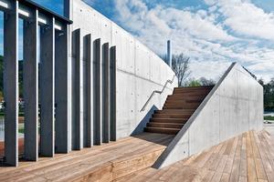 Um zu vermeiden, dass die technischen Funktionen das Erscheinungsbild dominieren, wurden wenige, wertige Materialien – Beton, Holz und Edelstahl – eingesetzt