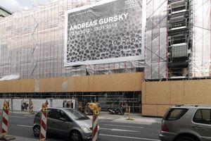 Düsseldorf wirbt für ihren Düsseldorfer; ein Ausstellungsplakat nahe der Königsallee