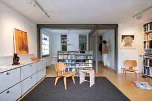Bei der Sanierung wurden die Grundrisse des Reiheneckhauses völlig neu organisiert und verleihen nundem ehemals kleinstrukturierten Wohnhaus eine neue Großzügigkeit