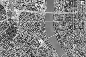 Beim Grundstück handelt es sich um die mittlere von drei Parzellen, auf denen Reihenhäuser aus dem Jahre 1870 stehen.