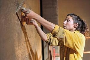 """<div class=""""13.6 Bildunterschrift"""">Die Plastizität des Lehms macht es möglich, die Fassade auf der Baustelle nachzubearbeiten</div>"""