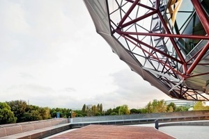Als außenliegender Sonnenschutz dient eine metallische Membran, die über ein zartes Stahlfachwerk gespannt ist, allerdings nur dort, wo es nötig ist: Im Süden, Osten und Westen<br />