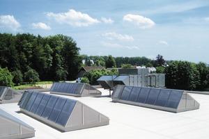 Die Oberlichter regeln einen sehr hohen, diffusen und konstanten Tageslichteinfall – für die Fertigung der Präzisionsteile eine unverzichtbare Bedingung. Zwei Klimastraßen vom Typ Tristar und mehrere Lichtstraßen sorgen in der Produktion für eine konstante Temperatur von 23°C<br />