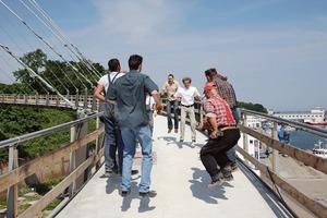 Die Erbauer der Brücke hüpfen als erste: Schwingungstest bestanden<br /><br />