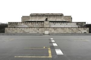 Bunkerarchitektur? Die links und rechts anschließenden Arkadengänge oben wurden 1967gesprengt: Grund: Baufälligkeit!