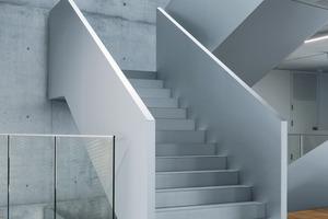Die Form des Treppenantritts erinnert an eine heruntergelasssene Gangway<br />