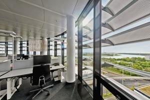 Obwohl die Lamellen an der Fassade unbeweglich sind, sind sie so justiert, dass sie zu jeder Tageszeit den optimalen Lichteinfall in die Büroräume ermöglichen