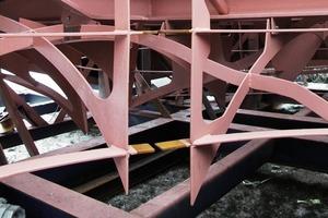 Der formgebende Spantenrost ist von den Trägern und dem oberen Spantenraster abgehängt<br />