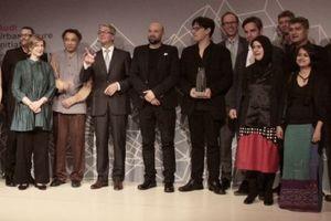 Sämtliche Teilnehmer am Audi Urban Future Award 2012 auf der Bühne. In der Mitte Rupert Stadler, rechts daneben der Gewinner des Awards 2010, Jürgen Mayer H., daneben der aktuelle Gewinner, Eric Höweler.