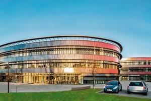 Die gemeinsam mit den Architekten gestalteten Fortluftöffnungen sind kaum sichtbar in die Fassade des neuen Gymnasiums Bochum integriert