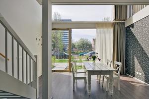 Im Erdgeschoss liegt das Esszimmer mit offener Küche sowie ein Schlafraum  Im Obergeschoss befinden sich zwei weitere Schlafräume, ein Bad und das Wohnzimmer