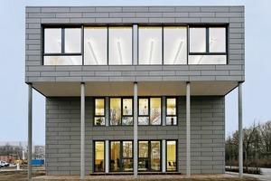 Im Stammwerk von Cadolto wurde das Gebäude nahezu 100%-ig modular vorgefertigt - inklusive der umfangreichen haustechnischen Ausstattung für den chemischen Laborbetrieb. Schwertransporter brachten die Raummodule an den Bauplatz, wo sie zum Gebäude verbunden wurden<br />