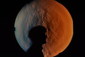 Das Schlierenfoto verdeutlicht aufsteigende Konvektionsströmung aufgrund der Wärmeabgabe einer Person