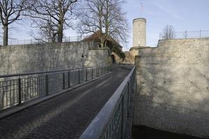 Die ehemals durch eine Zugbrücke gesicherte Zufahrt ist längst von einer festen Brücke ersetzt
