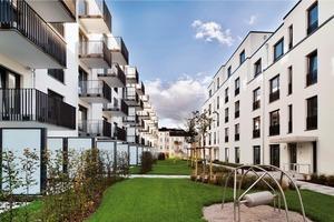 Die Erschließung der Wohnungen erfolgt vom begrünten Plateau aus über insgesamt 19 Treppenhäuser, die auch in das Untergeschoss zur Tiefgarage und zu den Abstellräumen führen