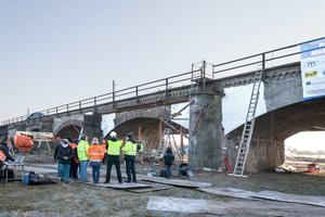 Die 150 Jahre alte Aller-Brücke (Eisenbahn) bei Verden. Im Hintergrund der Neubau, eine Stahlkonstruktion mit 80 m Spannweite