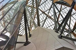 Die primäre Tragstruktur besteht aus Stahlfachwerken, Stahl- bzw. Stahlbetondecken