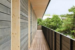 Montage und Vorfertigung der Holzbauteile liefen zum Teil parallel. Für die Fassade montierte die Holzbaufirma eine horizontale Schalung aus heimischer Weißtanne