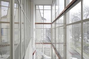 Der Glaskasten oberhalb des Eingangs mit kleiner Fluchttreppe und Spuren Fünfziger Jahre Geistes. Hier ist die Fassade geöffnet, Willkommen und Gestaltungsmittel noch heute