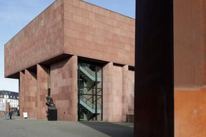 """Kunsthalle mit Kunst (im Stadtraum) im Gespräch: hier die Serra-Skulptur """"Axis"""" von 1989"""